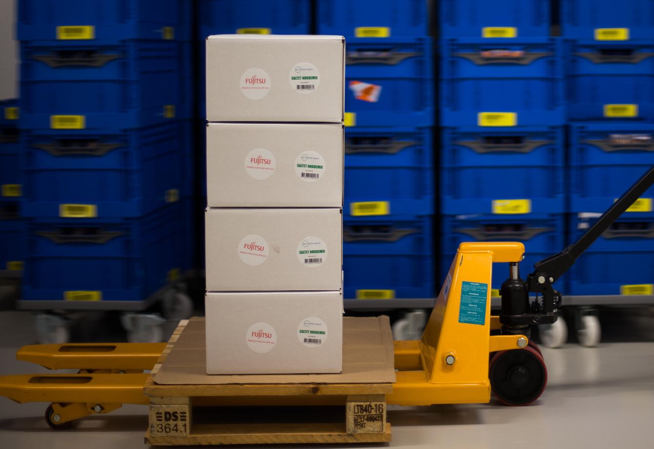 snackbægre pakket i kasser på palleløfter - fødevareindustri